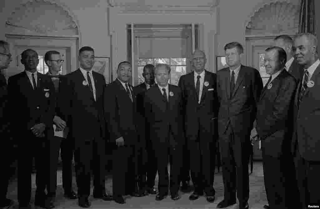 ក្រុមមេដឹកនាំទាមទារសិទ្ធិពលរដ្ឋ ដែលរួមមានទាំងលោក JohnLewis(ឈរនៅក្រោយចំកណ្ដាល) ជួបជាមួយនឹងលោកប្រធានាធិបតីJohnF. Kennedy នៅសេតវិមាន ក្រោយពីការតវ៉ា March on Washington បញ្ចប់ រដ្ឋធានីវ៉ាស៊ីនតោន ថ្ងៃទី ២៨ ខែសីហា ឆ្នាំ១៩៦៣។