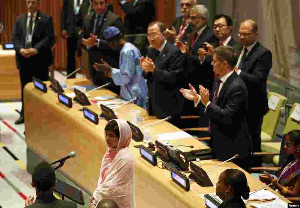 نیو یارک میں ملالہ اقوام متحدہ کے ہیڈکوارٹر میں خطاب کر رہی ہیں۔