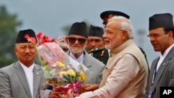 Perdana Menteri India Narendra Modi, kedua dari kanan, menerima bunga dari Sushil Koirala, ketika tuba di Bandara Internasional Tribhuwan di Katmandu, Nepal, 3 Agustus 2014.