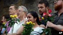Nhiều người tham dự lễ cầu nguyện tại Finsbury Park mạn bắc London, nơi một chếc xe tông vào người đi bộ sáng sớm ngày 19/6/2017.