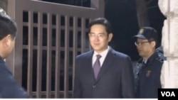 三星集團負責人李在鎔走出拘留所