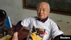 Ông Nguyễn Trọng Vĩnh, cựu Đại sứ Việt Nam tại Trung Quốc, mặc áo phông đánh dấu kỷ niệm trận hải chiến Việt-Trung 1988 ở bãi Gạc Ma, gần Trường Sa, trong đó 64 bộ đội VN hy sinh. Ảnh chụp ngày 13/3/2013. REUTERS/Kham