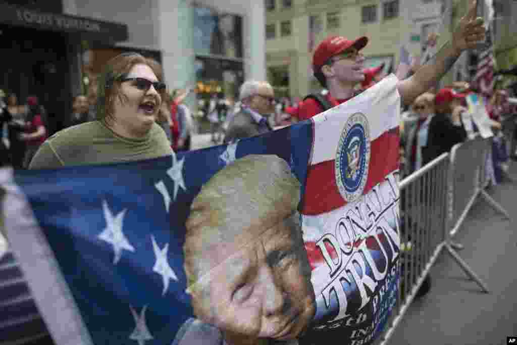 Los partidarios del presidente Donald Trump apoyan al mandatario de Estados Unidos, mientras otros manifestantes están en contra por sus políticas ambientales en Nueva York, el 29 de abril de 2017.