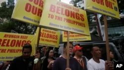 Những người biểu tình tụ tập ở Lãnh sự quán Trung Quốc tại khu tài chính Makati phía đông thành phố Manila, Philippines thứ Sáu ngày 24/7/2015, để phản đối việc xây dựng đảo nhân tạo của Trung Quốc nằm trong nhóm đảo tranh chấp ngoài Biển Đông.