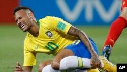 Le Brésilien Neymar se tient le tibia lors du match de quart de finale entre le Brésil et la Belgique lors de la Coupe du monde 2018 de football à Kazan Arena, Russie, 6 juillet 2018.