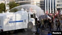 Polisi anti huru-hara Turki menyemprot air pada para demonstran dalam protes melawan Partai Ak yang berkuasa dan Perdana Menteri Recep Tayyip Erdogan, di Istanbul (22/12).