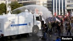 Cảnh sát Thổ Nhĩ Kỳ dùng vòi ròng để giải tán người biểu tình đảng cầm quyền và Thủ tướng Tayyip Erdogan trong thành phố Istanbul, 22/12/13