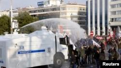 土耳其防暴警察12月22日在伊斯坦布尔向反对总理埃尔多安的示威者使用高压水龙