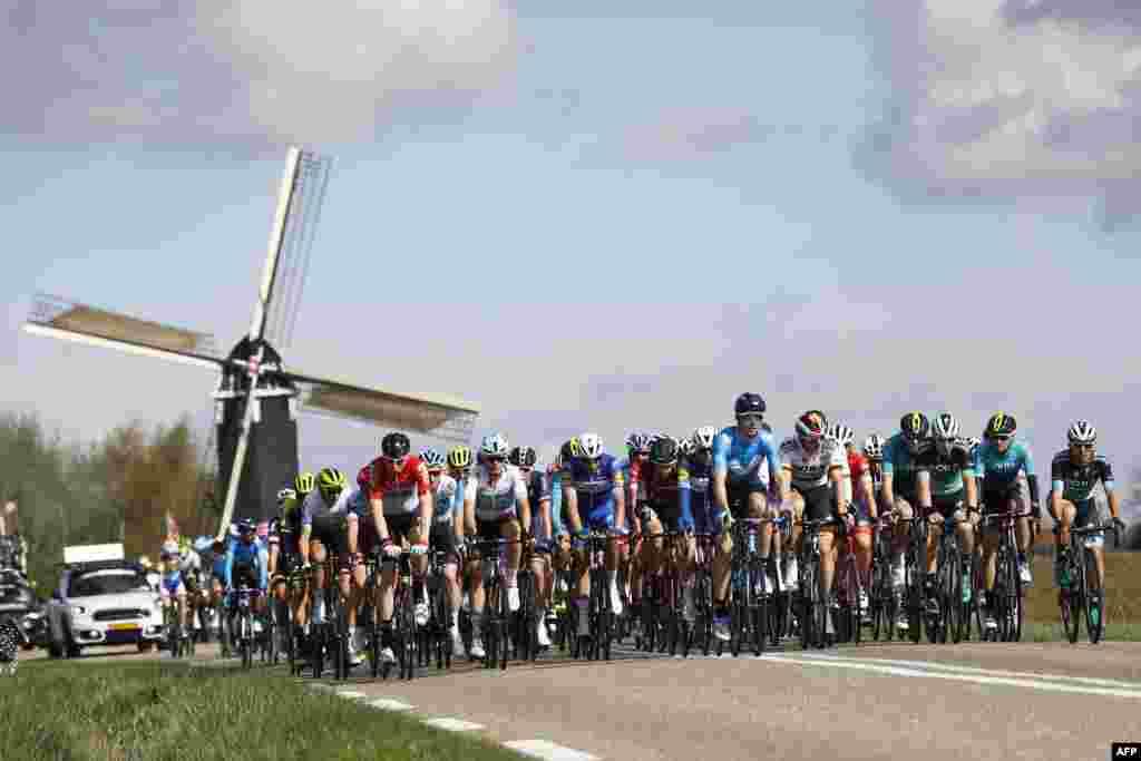 ក្រុមអ្នកជិះកង់ជិះកង់រោងចក្រ Hubertus ក្នុងពេលប្រកួតការជិះកង់ Amstel Gold Race នៅក្នុងក្រុង Beek ប្រទេសហូឡង់។