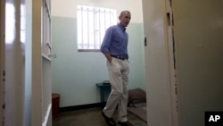 Президент Барак Обама посетил тюремную камеру номер 5, в которой Нельсон Мандела провел в заключении 18 лет. Остров Роббен близ Кейптауна. ЮАР. 30 июня 2013 г.