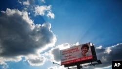 美国一个治疗阿片上瘾诊所的广告牌(资料照片)