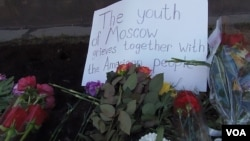 莫斯科美国大使馆前的鲜花(美国之音白桦拍摄)
