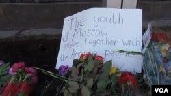 莫斯科美国大使馆前悼念波士顿爆炸案受害者的鲜花。