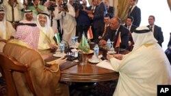 Kutoka kushoto: Mawaziri wa mambo ya nje wa Saudi Arabia Adel al-Jubeir, Falme za Kiarabu Abdullah bin Zayed al-Nahyan, Misri, Sameh Shoukry, na Bahrain Khalid bin Ahmed al-Khalifa Cairo Julai 5, 2017