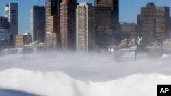 Lapisan tebal salju menyelimuti kota Boston, Massachusetts (16/2).