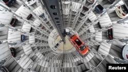 Mobil-mobil VW di pabrik di Wolfsburg, Jerman.