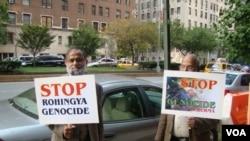 會場外有兩人抗議種族屠殺