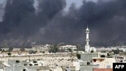 Gusti dim se diže iznad Tripolija nakon žestokih sukoba u Gadafijevom kompleksu u Tripoliju, 23. avgust, 2011.
