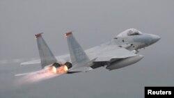 F-15 전투기가 일본 오키나와 상공을 날고 있다. (자료사진)
