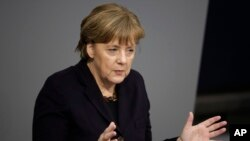 La chancelière allemande Angela Merkel prononce un discours à la veille d'une réunion du conseil de l'UE, au Bundestag (assemblée parlementaire allemande) à Berlin, le 17 février 2016.