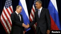 28일 바락 오바마 미국 대통령(오른쪽)과 블라디미르 푸틴 러시아 대통령(왼쪽)이 미국 뉴욕 유엔 총회에서 만나 악수하고 있다.