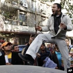 Un manifestant hostible au régime de Kadhafi devant l'ambassade libyenne au Caire