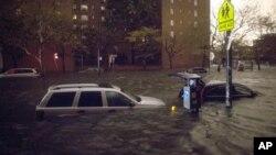 29일 허리케인 샌디가 미국 동부를 강타한 가운데, 뉴욕시에서 폭우로 물에 잠긴 차량들.