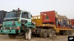 为北约运输补给的卡车7月5日在巴基斯坦杰曼与阿富汗交界处