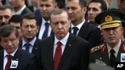 土耳其總統埃爾多安(中)參加在安卡拉受到襲擊而死亡的土耳其人的悼念活動。