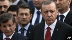 احمد داوود اوغلو (چپ) در کنار رجب طیب اردوغان