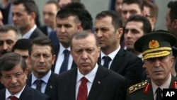 ប្រធានាធិបតីតួកគីលោក Recep Tayyip Erdogan (កណ្តាល) ចូលរួមនៅក្នុងពិធីបុណ្យមន្រ្តីយោធាម្នាក់ ដែលបានស្លាប់នៅក្នុងការផ្ទុះគ្រាប់បែកនៅក្រុង Diyabakir ប្រទេសតួកគី។
