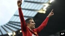 Tendangan gol Robin van Persie pada perpanjangan waktu membawa kemenangan bagi klub Manchester United. (AP/Clint Hughes)
