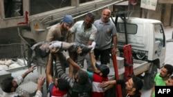 ພວກອາສາສະໝັກ ທີ່ຮູ້ກັນໃນນາມ ໝາກເຫລັກຂາວ ສົ່ງສົບເດັກນ້ອຍຄົນນຶ່ງໃຫ້ ຫຼັງຈາກດຶງອອກມາ ຈາກຊາກຫັກພັງ ໃນການໂຈມຕີຂອງລັດຖະບານທີ່ຄຸ້ມ al-Shaer ຊຶ່ງຄວບຄຸມ ໂດຍພວກຕໍ່ຕ້ານ ໃນເມືອງ Aleppo. (27 ກັນຍາ 2016)
