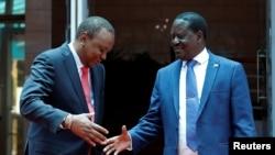 La poignée de main entre le président Uhuru Kenyatta et le leader de l'opposition Raila Odinga qui a mis fin à la crise post-électorale au Kenya. Nairobi 09 mars 2018.