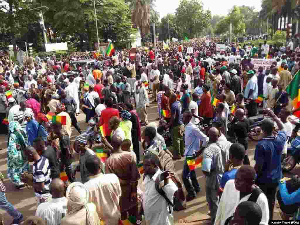 Thousands of opposition militants marched, Friday, May 8, 2018. Photo VOA Kassim Traoré.