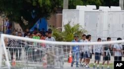 Las autoridades afirman que Pacheco sostuvo relaciones sexuales con dos chicos y tocó a otros seis, todos entre 15 y 17 años entre agosto de 2016 y julio de 2017.