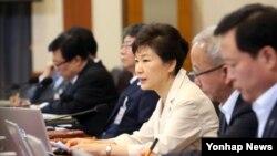 박근혜 한국 대통령이 10일 청와대에서 열린 국무회의에서 발언하고 있다.