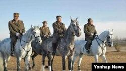 조선인민군 제534군부대 직속 기마중대 훈련장을 시찰 중인 북한 김정은 국방위원회 제1위원장. 지난달 20일 조선중앙통신 보도했으며, 촬영일시는 밝히지 않았다.