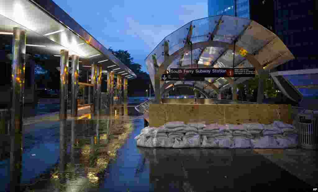 La estación del subterráneo Numero 1 es protegida con bolsas de arena en Battery Park, Nueva York.