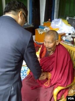 美國駐華大使駱家輝到阿壩訪問和僧侶握手