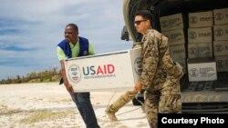 El Pentágono ordenó el envío a Haití de un buque de asalto anfibio con 300 marines a bordo que ayudaran en laslabores de rescate y reconstrucción.