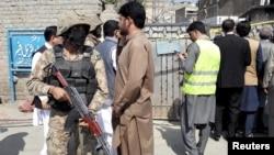 Место нападения террориста-смертника у здания суда. Шабквадар, Пакистан, 7 марта 2016.