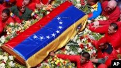 6일 사망한 우고 차베스 베네수엘라 대통령의 관이 사관학교로 옮겨지고 있다. 베네수엘라 정부는 7일간 애도기간을 선포했으며, 각급 학교들도 문을 닫았다.
