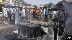 Warga berkumpul di lokasi ledakan bom mobil di sebuah pasar di pusat kota Maiduguri, Nigeria. (Foto: Dok)