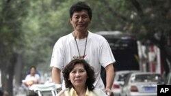 중국 인권변호사 니위란(아래)와 그의 남편 둥지친. (자료사진)