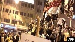 Snimak jučerašnjih demonstracija u Homsu, postavljen na Jutjubu. Autentičnost snimka nije mogla da bude potvrđena iz nezavisnog izvora.