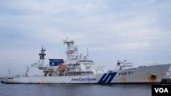 越来越多日本舆论批评,日本海上保安厅的巡逻舰数量和质量都已落后于中国海警舰艇(美国之音歌篮拍摄)