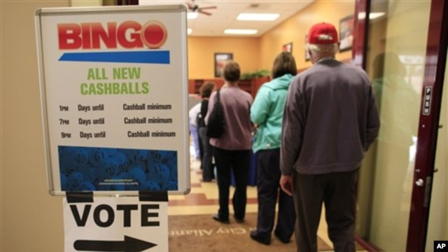 Voters stand in line to cast their ballots during the early voting period at the Sun City Aliante Community Center , in Las Vegas, 25 Oct 2010