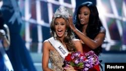 Miss Connecticut Erin Brady reacciona muy emocionada al ser coronada por Miss USA 2012, Nana Meriweather.