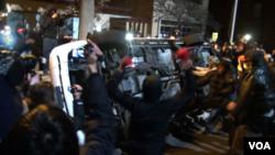 星期二深夜一度出現緊張局勢,一些抗議者在弗格森鎮政廳門前砸一輛警車的車窗,並縱火焚燒這輛警車。